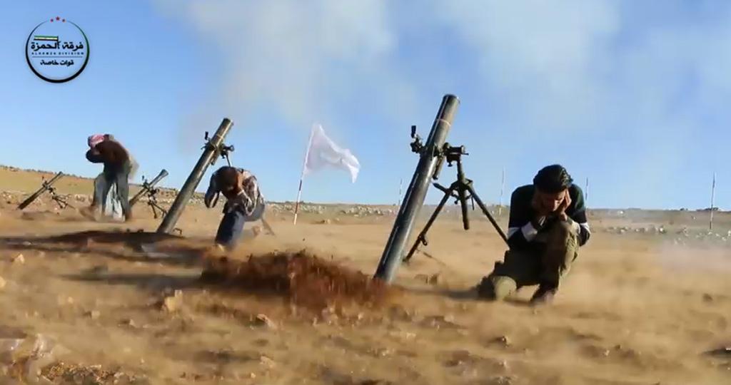 Rebellen van de al-Hamza-brigade vuren mortieren af tijdens operatie Euphrates shield