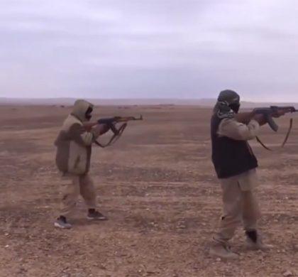 IS-strijders schieten op vluchtende soldaten nabij Palmyra, beeld: IS-persbureau Amaq
